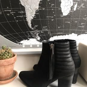 Sindssygt fede støvler, som jeg desværre ikke kan passe. De er fuldstændigt som nye!✨💫  Jeg tager gerne imod bud 🐚
