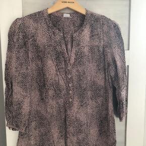 Fin velholdt 3/4 ærmet skjorte fra Saint Tropez i sort og gammelrosa. Sender gerne, eller mødes i Ringsted eller på Frederiksberg