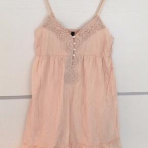 Sød kjole i romantisk boheme boho stil med hæklet / broderet detalje ved brystet. Lys og let sommerkjole. Kjolen har inder-skørt