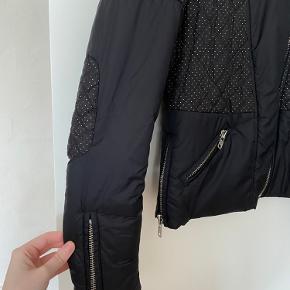 Super fed Biker jakke fra Masion Scotch, størrelse 1, cirka en xs-s, har en fed effekt med foret der skinder igennem ved en perfereret ydre foran og på bagsiden. Samt lynlåse ved ærmerne og lommer. Brugt få gange i god stand.