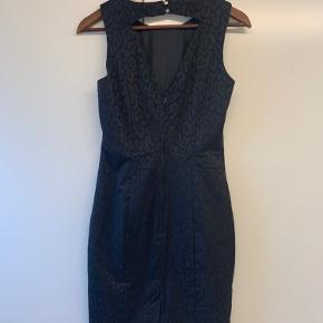 Sort præget kjole med godt snit og fin udskæring i ryggen. Længden er lige over knæet på mig (174 cm).
