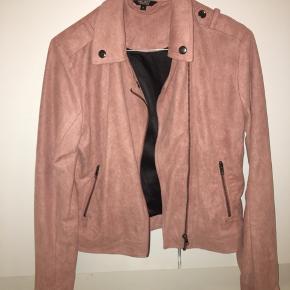 Fed ruskindslignende jakke fra Project Unknown i str. S.  Brugt få gange og er derfor i rigtigt god stand ☺️🎈