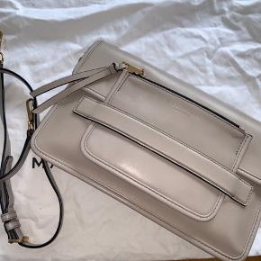 Fin og lækker taske i læder fra Marc Jacobs. Har en aftagelig og justerbar rem. Lidt slid grundet brug, som ses på billede 3, men ellers i super god stand. Dustbag medfølger. H: 20cm B: 30cm D: 7cm