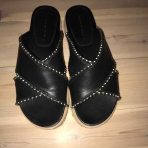 Super fine sandaler, de har kun været prøvet på. Sælger dem da jeg ikke har fået dem brugt og ikke kommer til at bruge dem.  Min mp er 250kr. men kom med et bud!