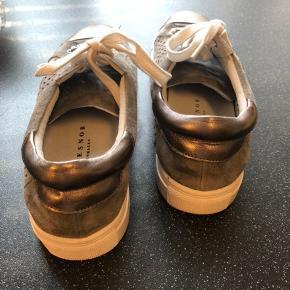 Stylesnob Copenhagen sneakers købt i Magasin.  Sælges da jeg ikke får dem brugt, så de er kun brugt et par gange. Sælges for 250kr. Kan afhentes i Odense C eller sendes på købers regning med DAO.