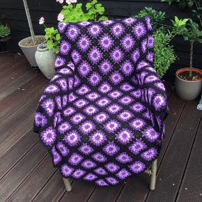 Tæppe hæklet i 100 % bomuld - 125 x 115 cm. Helt nyt - aldrig brugt. Fra røg- og dyrefrit hjem.