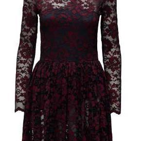 Ganni Flynn Lace dress i farven  total eclipse/cabernet. Aldrig brugt. Kan hentes på Nørrebro. str. XS
