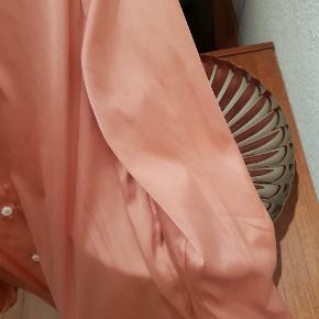 Flot løstsiddende skjorte i silkelook fra mærket Delicatelove. Jeg er en small, og skjorten sidder løst på mig