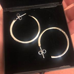 Virkelig smukke øreringe med sten i - fra vibholm guld og sølv og modtages med den originale boks til :-)   De er sølv