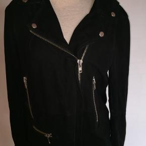 Sort jakke i ægte ruskind fra Samsøe Samsøe i god kvalitet med mange smarte detaljer - se foto.  Nypris 3000 kr.  Betaling via mobilepay. Sendes  med DAO - portoen er 38 kr. som køber betaler. Se også mine øvrige annoncer. (10)