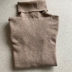 Lækker og utrolig blød bluse fra tiger of sweden sælges billigt da jeg ikke passer den mere. Vildt lækker kvalitet