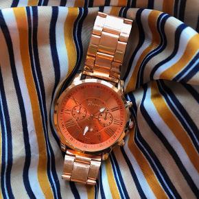 Smukt ur sælges. Købt på en ferie og kan derfor ikke garantere fra standen. Har ikke haft det brugt så batteriet skulle gerne være 100%.