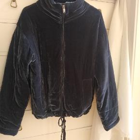 Super cool velour jakke i blålig farve Dejlig blød Str er small, men kan passes af s-m-l efter ønsket fit, den er lidt oversize til en small :) Brugt meget få gange og fejler derfor ingenting
