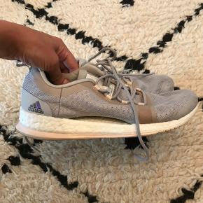 Pure Boost X TR 2 sneakers i grå/sølv/lyserød. Størrelsen er en 40 2/3.   De er kun brugt få gange, da de desværre er købt for store. Jeg er normalt kun en str. 39.  Nypris 799,- Bytter ikke