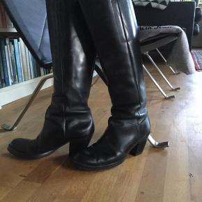 Sælger disse super fede Acne Pistol Long Boots i Black waxed Leather inkl. dustbag.  De er ny for-sålede.  Køber betaler evt. fragt.