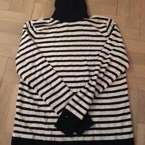 Varetype: Strik - sweater Farve: Blå hvid Oprindelig købspris: 1200 kr. Prisen angivet er inklusiv forsendelse.  Kun brugt 2-3 gange. sender gerne med DAO for 38,- Handler mobilepay ellers betaler køber ts gebyr