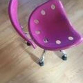 Brand: fra idemøbler Varetype: skrivebordsstol Størrelse: medium Farve: pink Oprindelig købspris: 400 kr.  Min datter er vokset fra stolen.