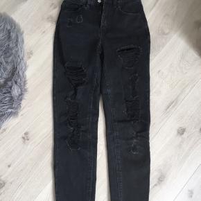 Mom jeans med huller fra PULL&BEAR
