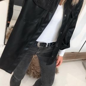 Skjorte i imiteret skind fra Zara`s børneafdeling i str. 13-14 år (160 cm.)   Jeg er selv en xs-s og er 168 cm høj. Skjorten passer mig perfekt og sælges kun, da jeg kom til at bestille to i samme str.