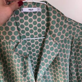 Smuk skjortetop med prikker 💚