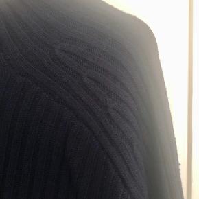 Flot og lækker strik i skøn mørkeblå farve. Brugt meget begrænset.   Bytter ikke!