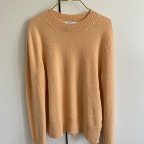 Sælger min &otherstories sweater, da den ikk bliver brugt:) Intet tegn på slid