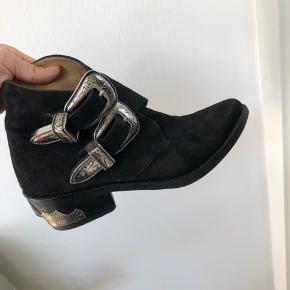 Lækre støvler med 2 store sølv låse. Rigtig lækre støvler, lette at holde og gode at gå i. 100% ruskind.