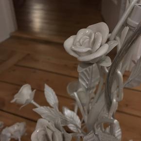 Hvid lysekrone med blomster, købt og importeret fra udlandet. Nypris 1500kr 🌻🌻  Sælges da den ikke passer ind i mit hjem. Har aldrig været hængt op 😢  Kan ikke sendes.