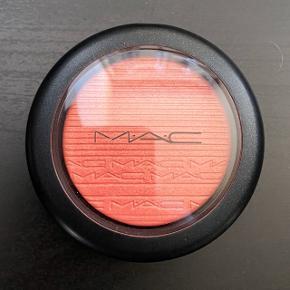 MAC Extra Dimension Blush i farven Cheeky Bits.  Aldrig brugt.   FAST PRIS: 110 kr. + porto