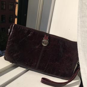 """Flot Adax taske, der vel og mærke har nogle år på bagen, men har passet godt på den, så den fremstår i rigtig god stand. Den er købt hvor læderet ser lidt """"brugt"""" ud, men i løbet af tiden er det blot blevet blødere"""
