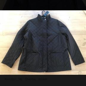 Kviltet jakke som kan justeres i livet med elastiksnøre.   Ny og ubrugt med tags  Brystmål: 2 x 60cm
