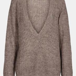 Fantastisk grå/brun sweater med v-udskæring. Sælges da den ikke bliver brugt