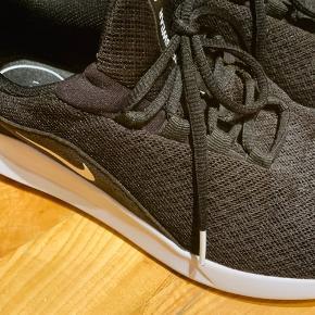 Sorte Nike sneaks, næsten som nye. Str. 39 Synes desværre de er til den lille side, hvilket er den eneste grund til jeg sælger.  200 kr. 😊