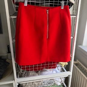 Super fin rød nederdele fra pieces, brugt få gange. Ser rigtig flot ud når den kommer på, byd gerne 🌼
