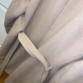Der er hul i lommen, men ellers fejler den ingenting. Man kan vidst ikke få den længere, og den er rigtig varm og dejlig vinterjakke! Kan også bruge i foråret