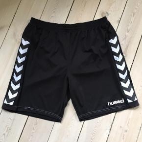 Sorte Hummel shorts str. EU XXL med trusser indeni samt elastik og snøre i livet Style No. 10-734 100% Polyester  Livvidde 90-120 cm Længde 52 cm