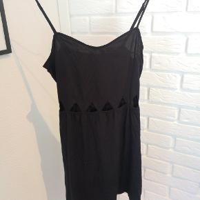 Sælger denne fine sorte kjole med huller som mønster fra H&M i str. 36. Den er næsten ik brugt og fejler ik noget.