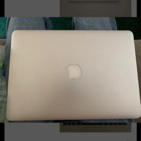 """Har bud på 4.500,- indtil videre. Sælger denne MacBook Pro som er købt i 2017 (modellen er fra 2015). Alt virker. Np: 10.000,- 128 GB. 13"""". Retina skærm. Skriv gerne for bedre billeder. Kan godt gå lidt ned i pris, så bare byd!:)"""