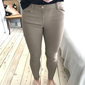 Bløde beige læder look / coated jeans  ~ passer 38/40