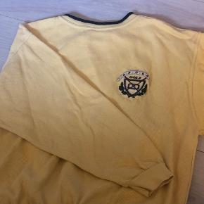 Vintage sweatershirt i gul. Super fed og retro. Sidder virkelig fedt! Sælges da den dsv ikke passer mig så godt mere:( Har været meget elsket og passet godt på. Ingen betydelige brugstegn er kun mærket som brugt da den jo er vintage. Købt i Episode