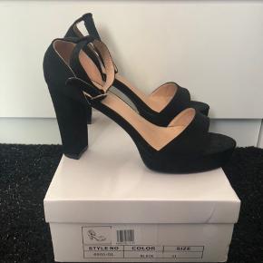 Sælger disse helt nye sko, de fejler intet er kun prøvet på en gang. sælger dem da de er for store det en str. 41. Byd gerne nypris 350kr😊