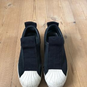 Sælger mine fede Adidas sneakers, da jeg ikke bruger dem mere. OBS. de er i str 37 1/3 og der er lidt slitage på dem  Køber betaler fragt ❤️