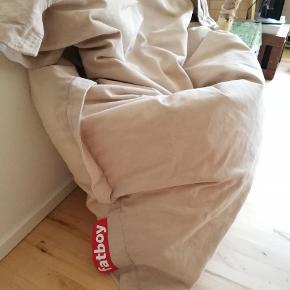 Original stonewashed fatboy sækkestol, I sandfarvet. Mål: 180*140 Enkelte pletter, ellers i rigtig fin stand.  Nypris: 1599,-