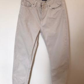 Hvide jeans fra Wood Wood str 27. Har en plet bagpå, derfor den billige pris. Kan muligvis fjernes med noget plejfjerner.