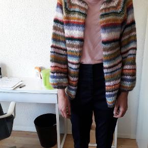Trøjen er strikket af mig. Det er en str M - L .  Har du spørgsmål så skriv endelig 🙂 køber betaler portoen