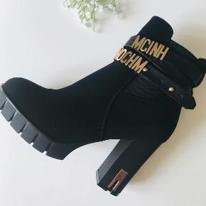 Super fede støvler- er så ked af jeg må sælge dem, men de er desværre for høje til mig 9,5 cm hæl og 2 cm plateau med foer indeni Er gået en enkelt tur rund om min bygning i dem   Sender med DAO på købers regning