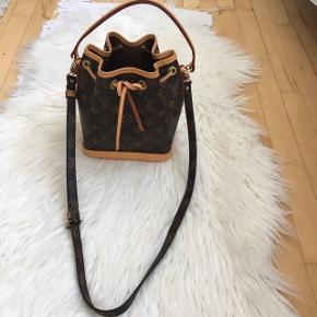 Louis Vuitton mini noe sælges. Fremstår i flot stand. Helt ren indenvendig. Crossbody rem medfølger.   #30dayssellout