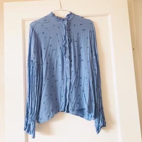 Smuk skjorte fra Selected Femme i str. 40 🌸 blå med blå pletter på i forskellige former. Rigtig fin stand, brugt få gange. Har løse ærmer 🌹  Bemærk - afhentes ved Harald Jensens plads eller sendes med dao. Bytter ikke 🌸  💫 Skjorte bluse puf ærmer Selected Femme lyseblå blå