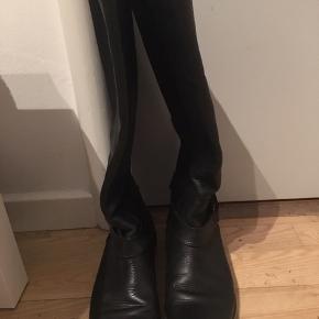 Fine TH støvler str 37 sælges,da de ikke længere bliver brugt