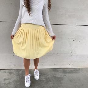 SÆLGER HELE SÆTTET 🌼💛  - Fed gul plisseret vintage nederdel ! Fitter en størrelse xs-S — MP 90kr — SOLGT  - Smuk hvid strik, med åben ryg — MP 90kr